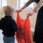 Kinderkunsthaus - Kittel anziehen
