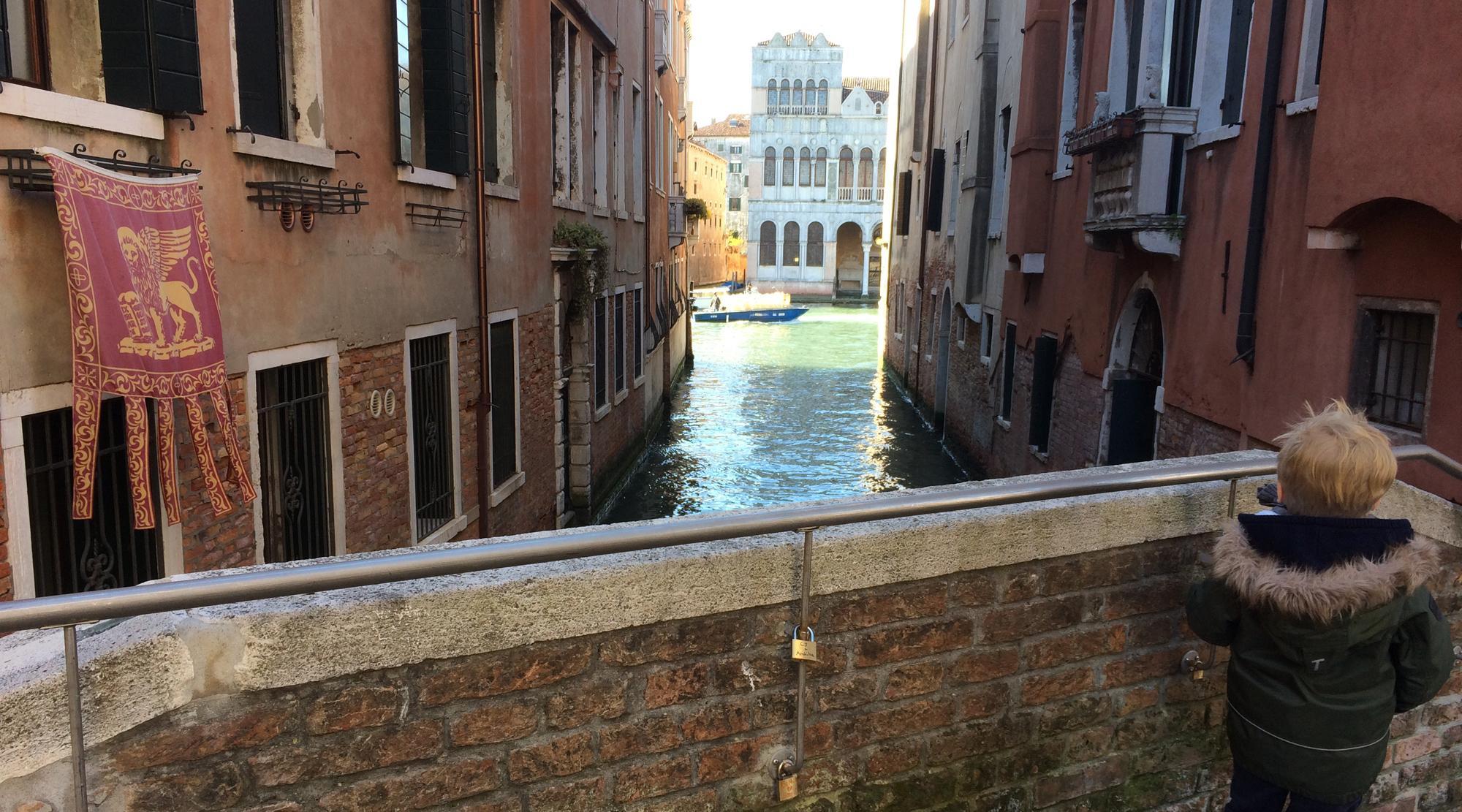 Venedig mit Kindern - Bruecke mit Fahne