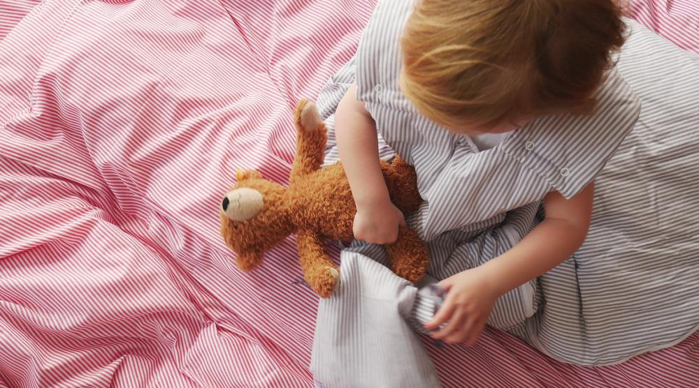 Geschwisterbett - Kind und Teddy