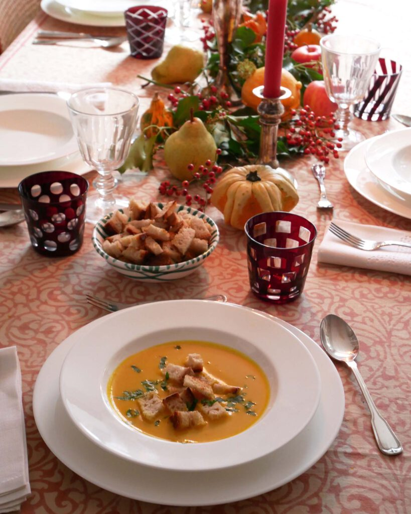 Kuerbissuppe fuer Kinder - gedeckter Tisch