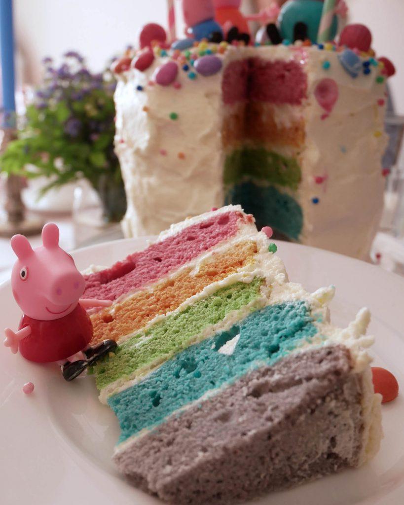 Regenbogen-Torte Aufschnitt nah