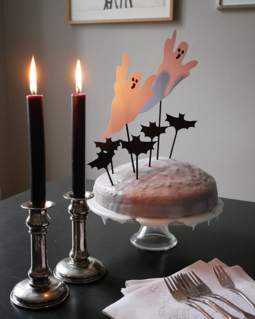 Halloween-Kuchen mit Geistern