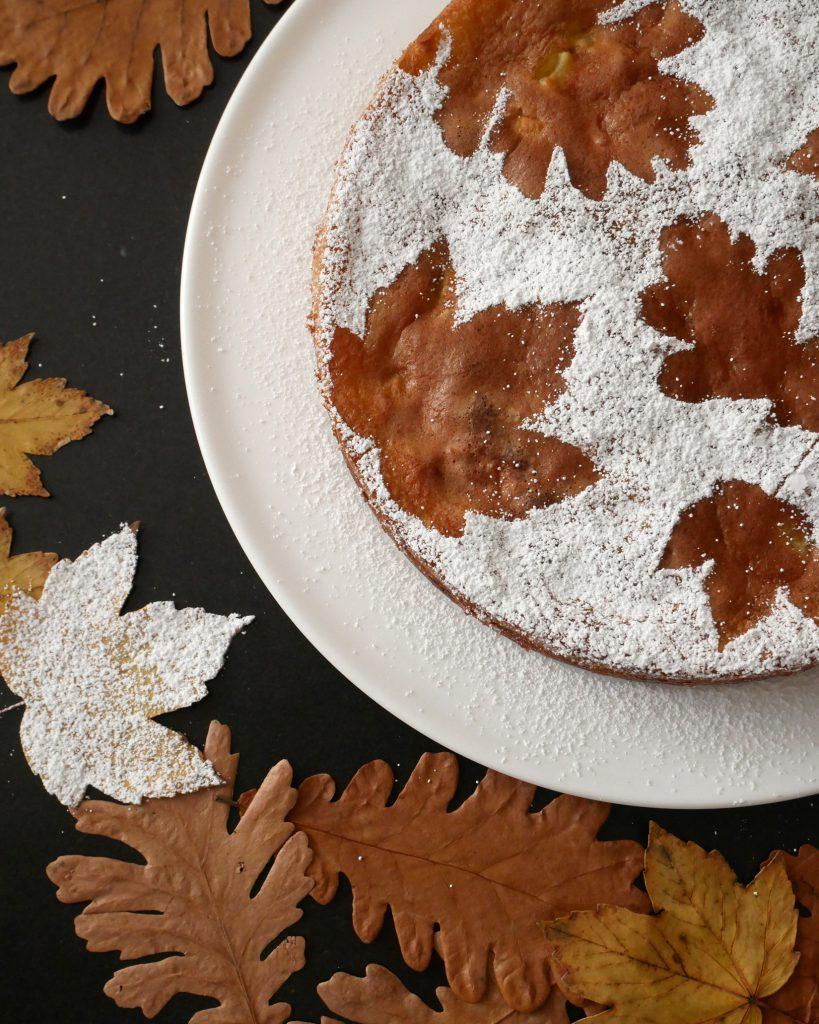 Franzoesischer Apfelkuchen - Deko mit Blatt und Puderzucker