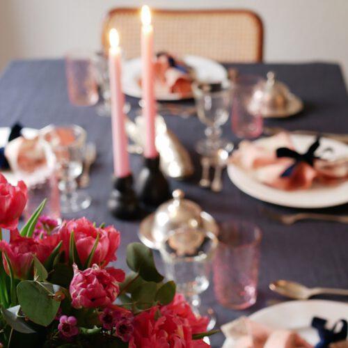 Gedeckter Tisch mit Rosa